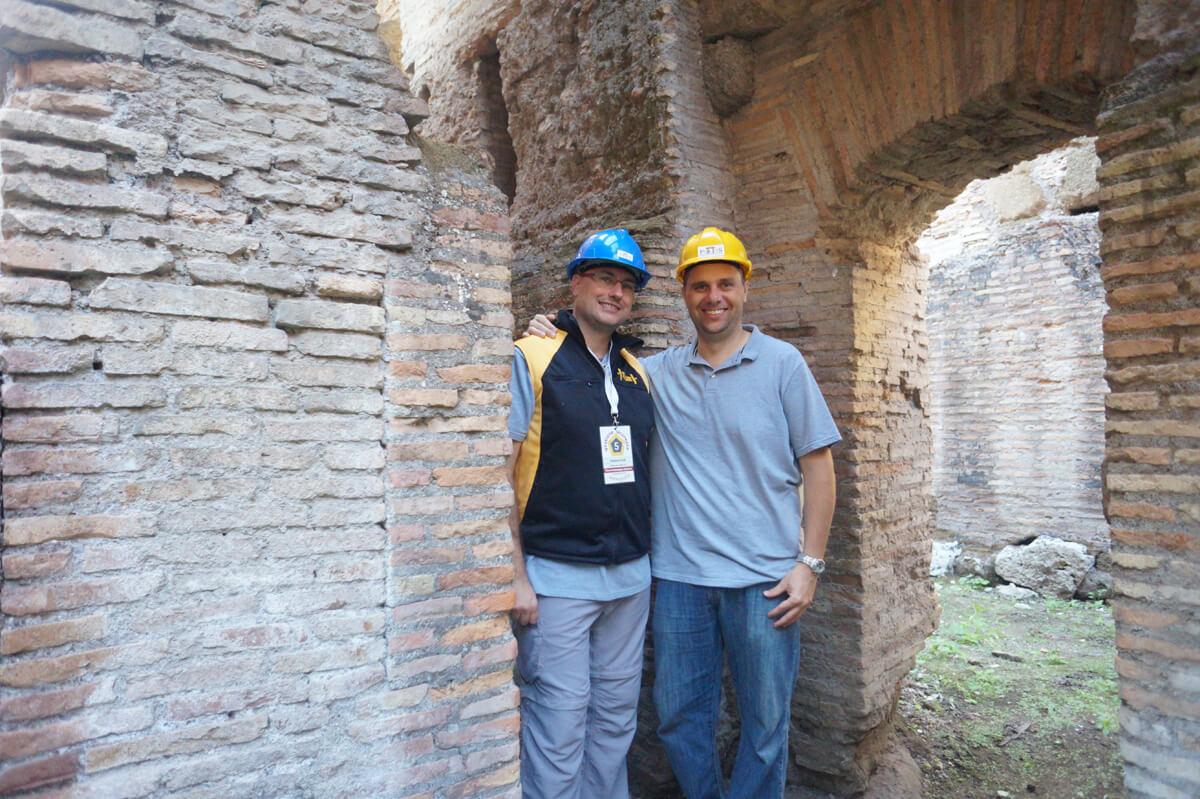 Gli archeologi impegnati nel rilievo